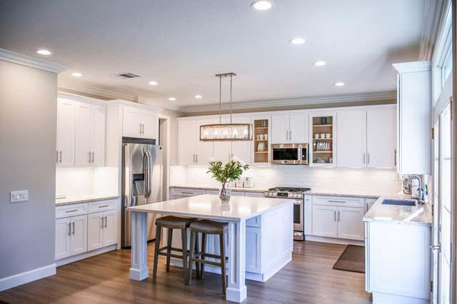 Jak łączyć materiały wykończeniowe, aby aranżacja kuchni otwartej na salon była spójna?